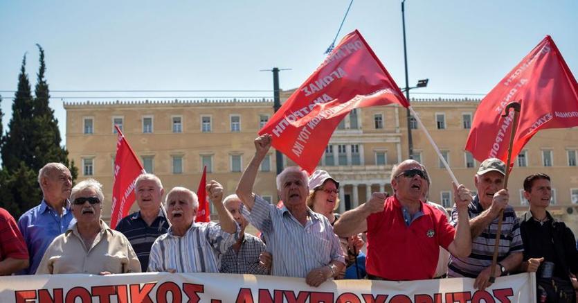 Proteste ad Atene per il taglio delle pensioni e gli aumenti delle imposte